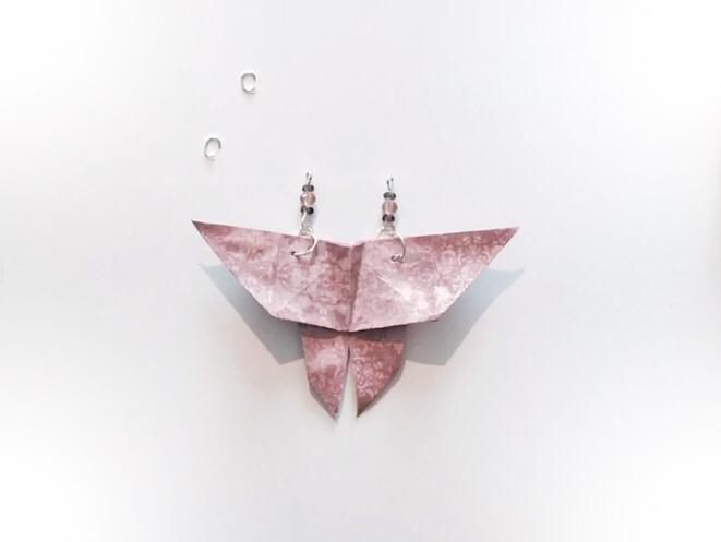 Les décorations de perles sont assemblées au papillon.